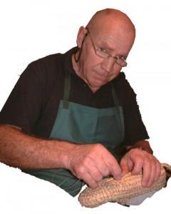 Eugen Morgenthaler bei der Herstellung von Strohschuhen