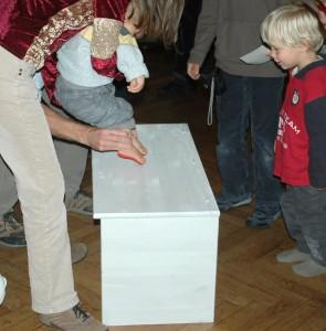 Der Fußabdruck des Kindes kommt auf eine Kiste (oder ein großes Blatt Papier)