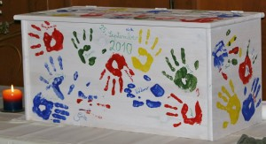 Kiste mit Handabdrücken der Paten, Familienmitglieder und Freunden